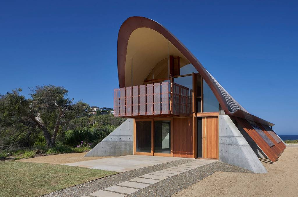 2020 National Architecture Awards new home joint winner Basin Beach House by Peter Stutchbury Architecture in Sydney's Northern Beaches, on the traditional land of the Cannalagal and Guringai peoples of the Eora. Photo by Michael Nicholson.